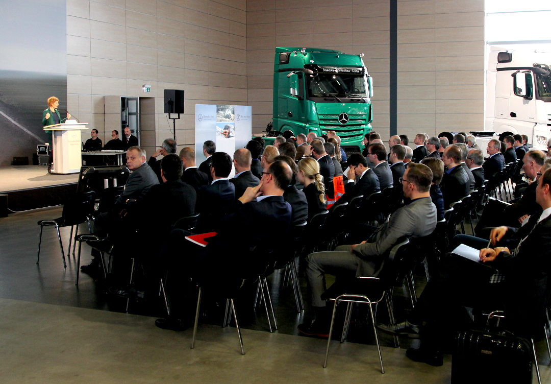 Minister Eveline Lemke welcomes the participants to the annual meeting of the Commercial Vehicle Cluster Southwest in the Mercedes-Benz plant in Wörth. (Source: CVC-Southwest)