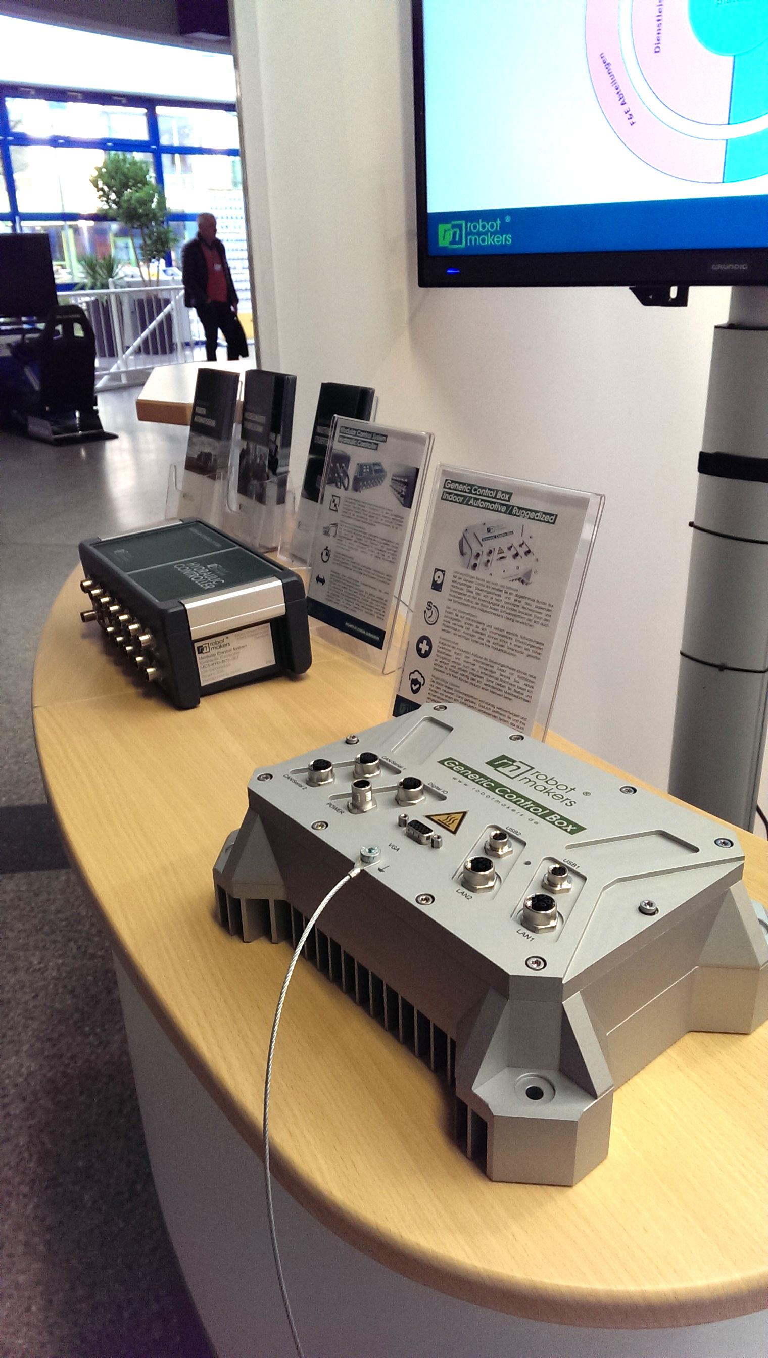 Die robusten Produkte für den Einsatz am Nutzfahrzeug: Generic Control Box Ruggedized und Modular Control System Hydraulic Controller