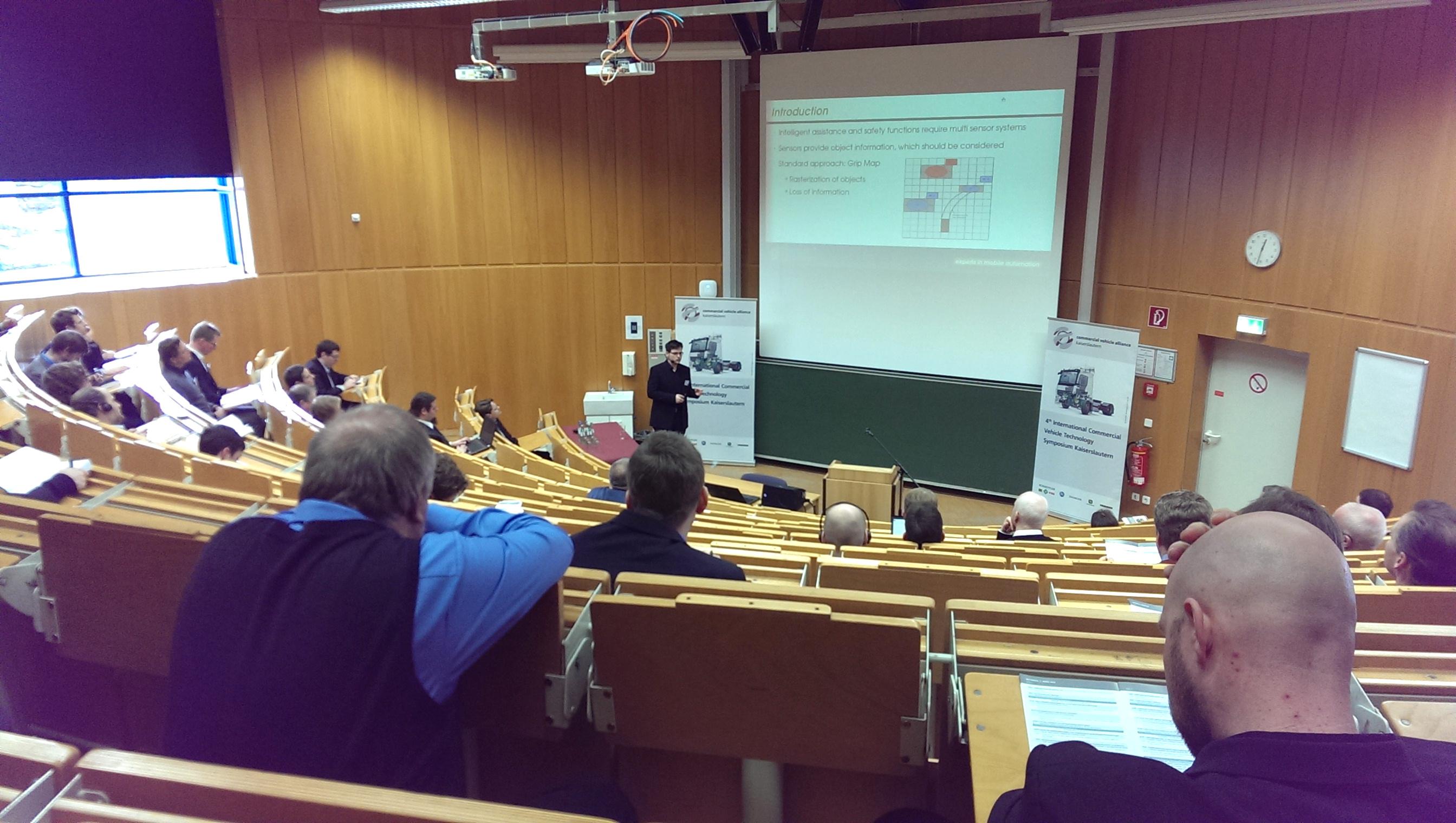 "Unser Entwicklungsleiter Dr. Jochen Hirth beim Fachvortrag zum Thema ""Sensor data representation – A framework for processing, combining, and visualizing information from various sensor systems"""