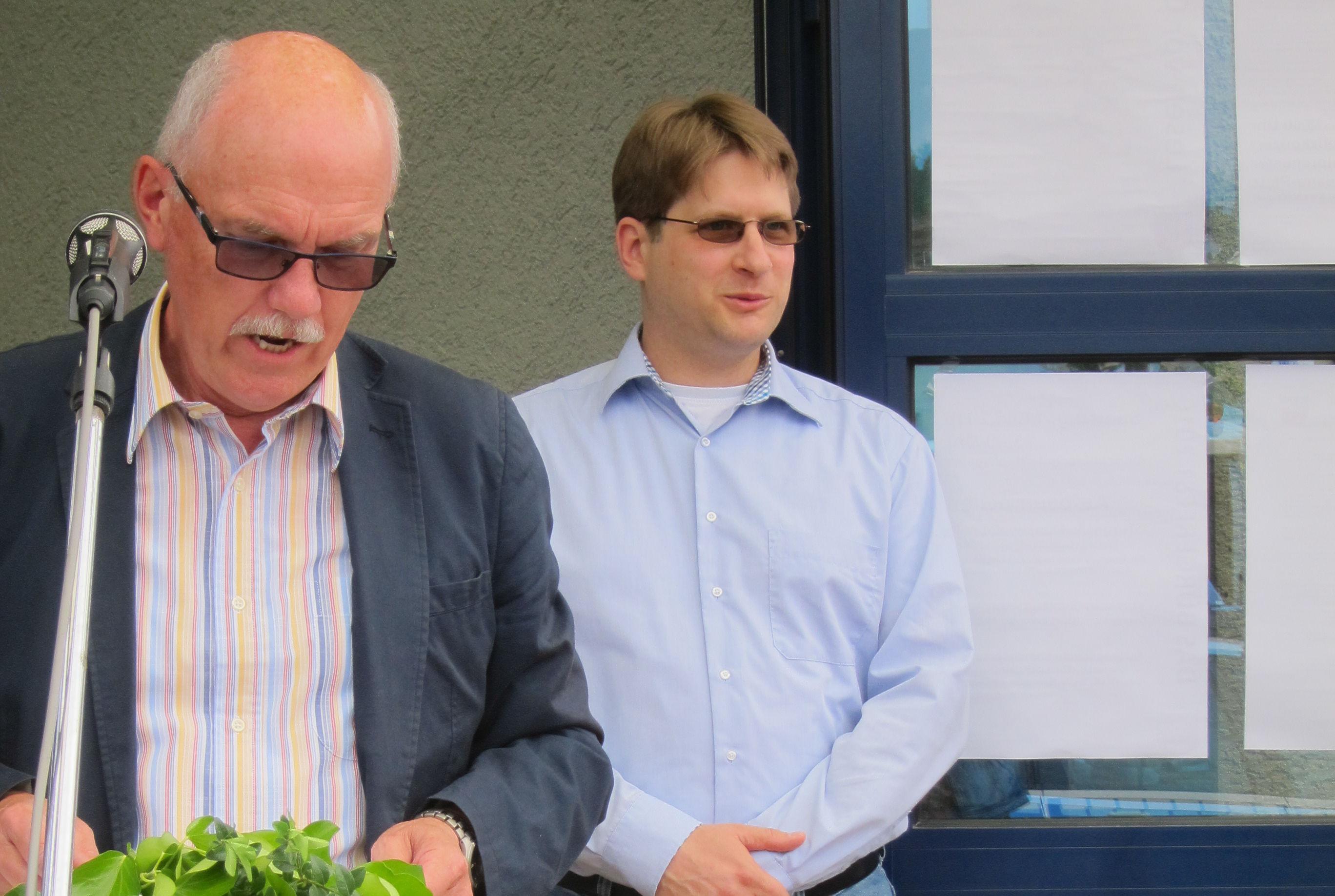 Bürgermeister Hans-Norbert Anspach mit unserem Geschäftsführer Dr. Bernd-Helge Leroch bei der Würdigung im Rahmen des Neubürgerempfangs in Hochspeyer