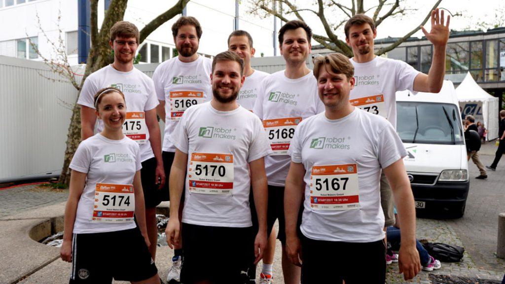 Das Running Team der Robot Makers GmbH vor dem Start zum B2RUN-Firmenlauf 2017
